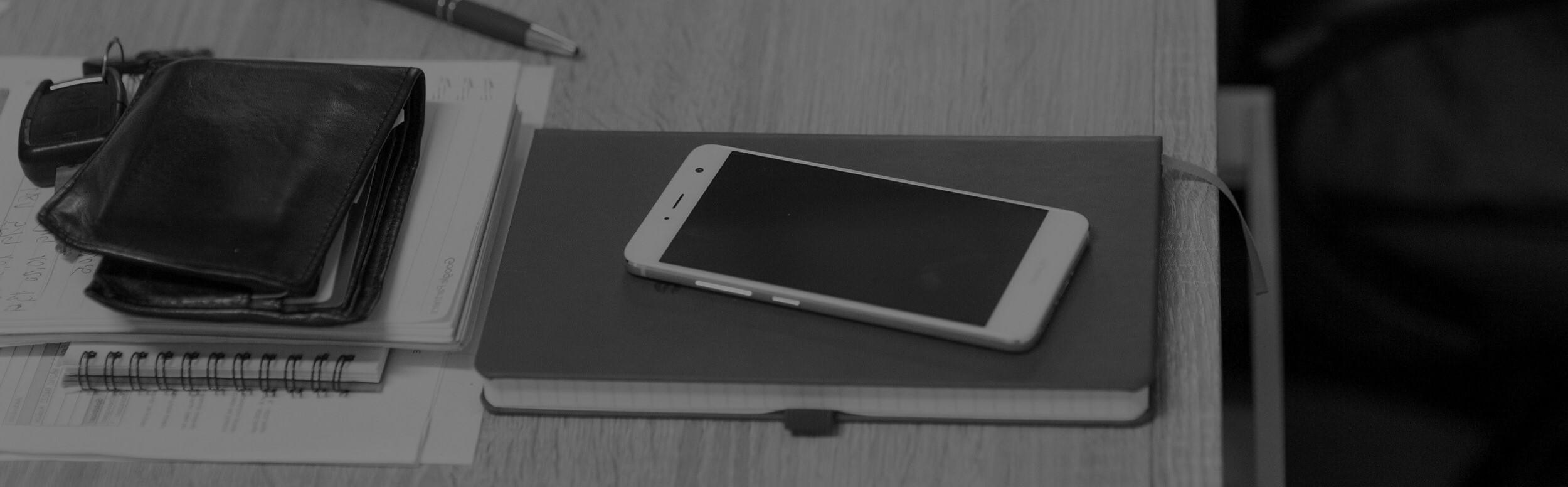 Mobil, peňaženka, zápisník, kľúče