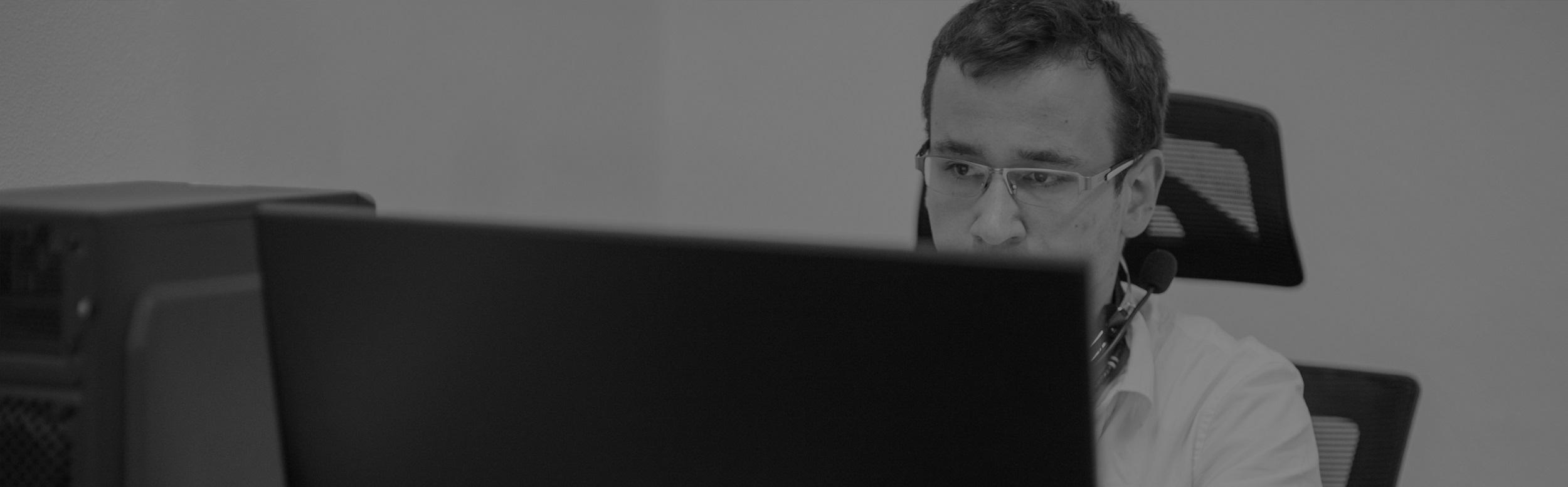 Muž pracuje za počítačom