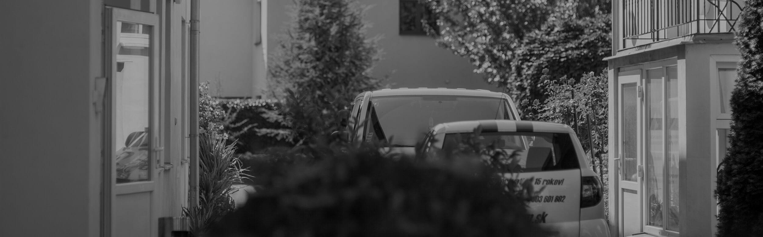 Dvor, stromy, autá
