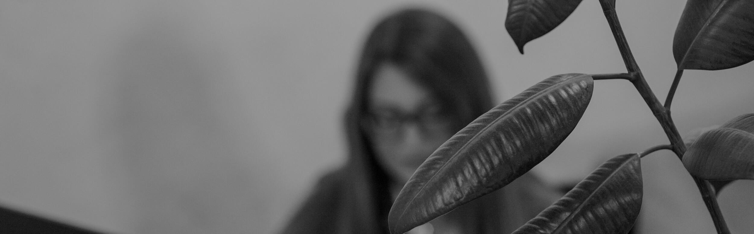 Rastlina žena v okuliaroch v pozadí