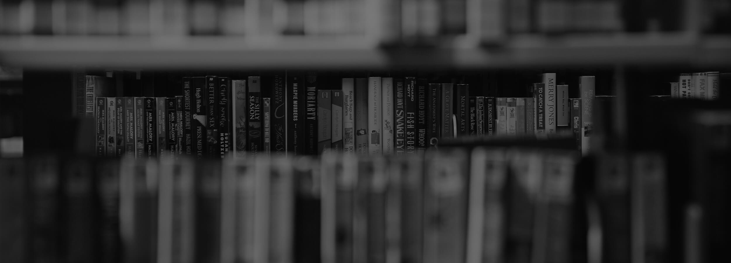 Knihy v knižnici čierno-biele