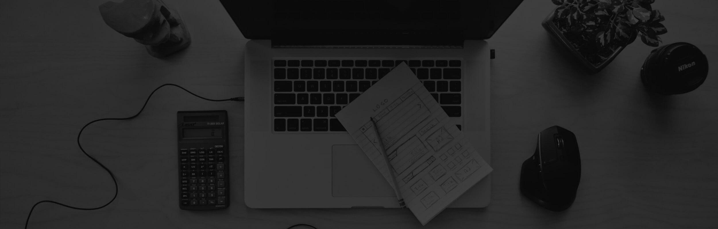 notebook a príslušenstvo v čierno-bielej