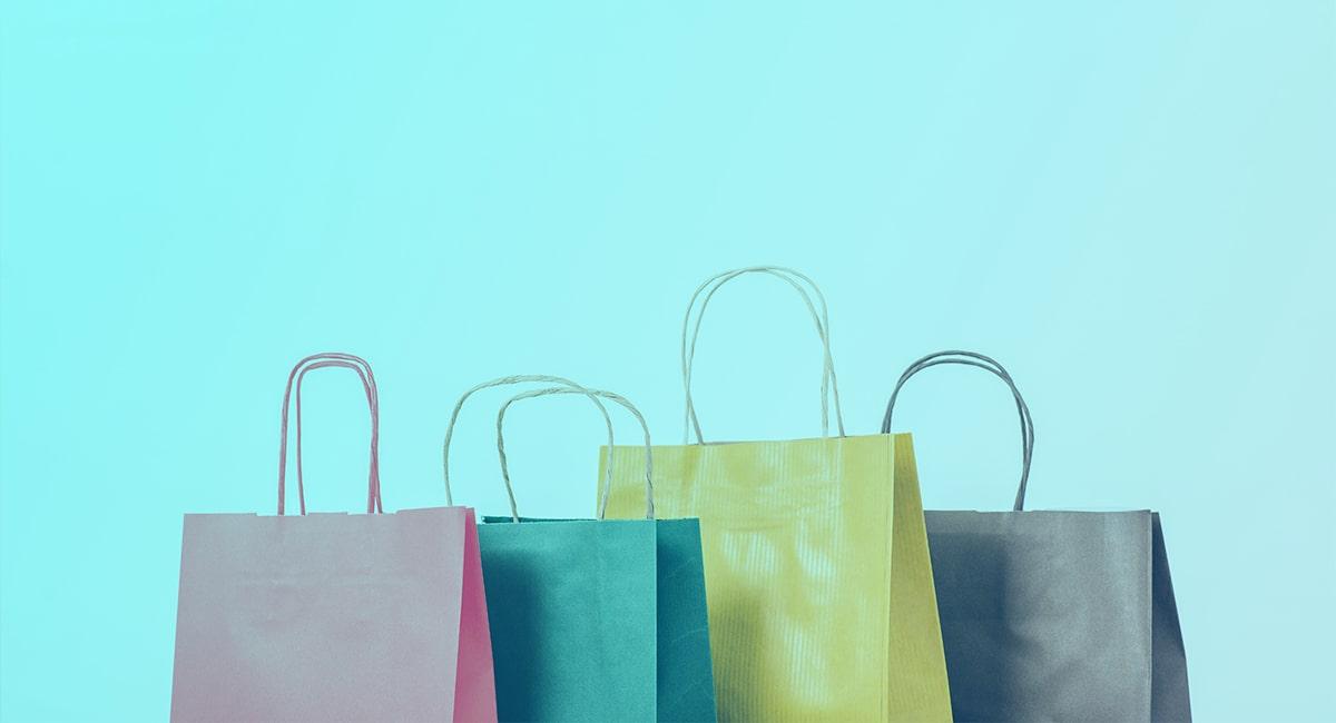 Farebné nákupné tašky s tyrkysovým pozadím