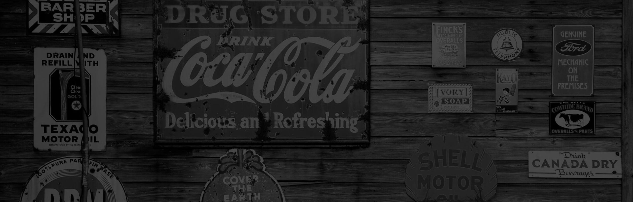 reklamné tabuľky v čierno-bielej