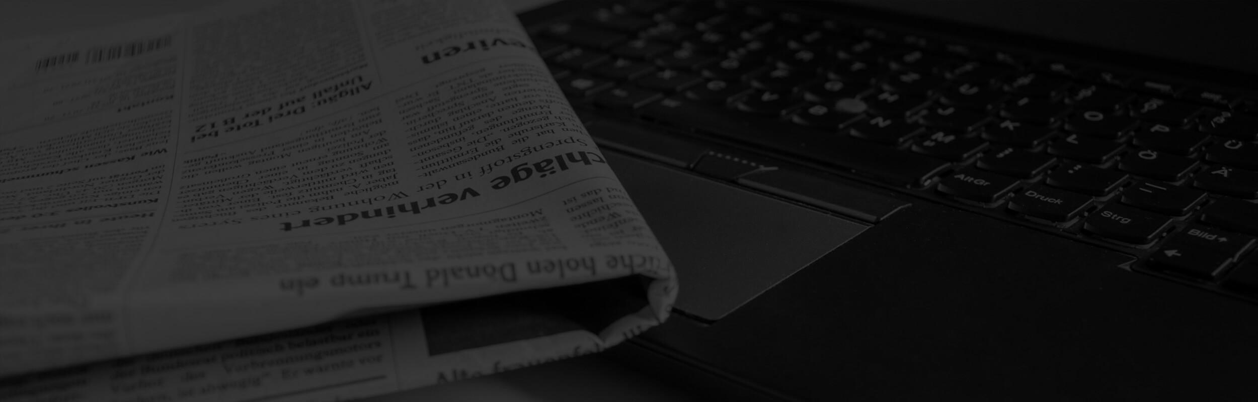 noviny na klávesnici