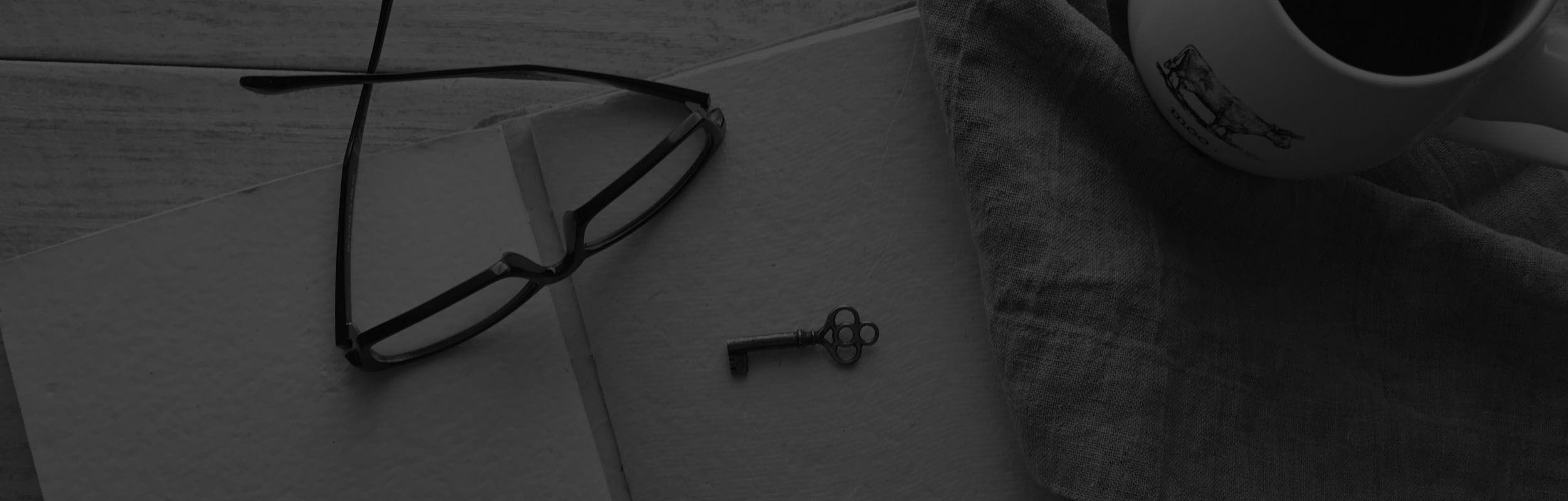 okuliare a kľúč na zápisníku