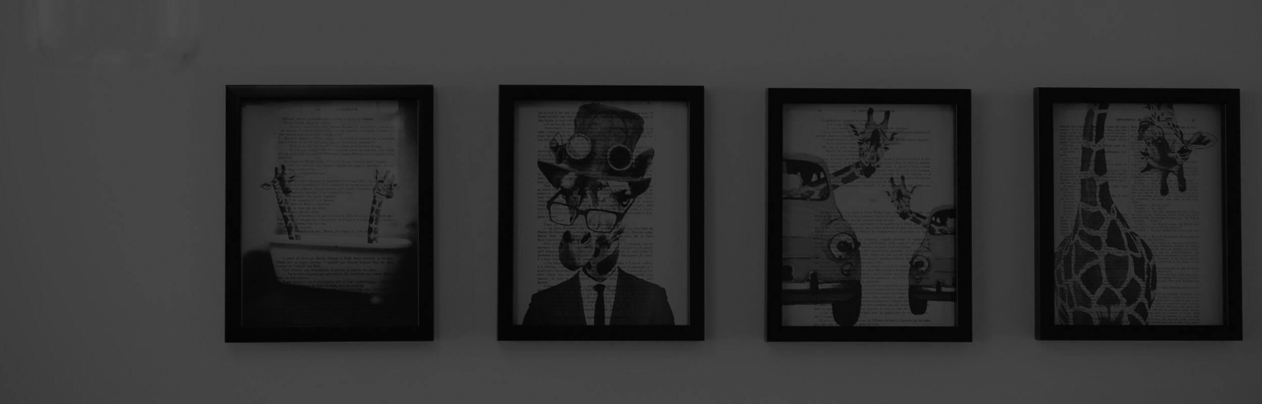 štyri obrazy zavesené na stene