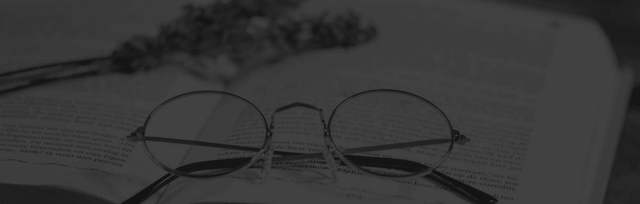 okuliare a levandľa na otvorenej knihe