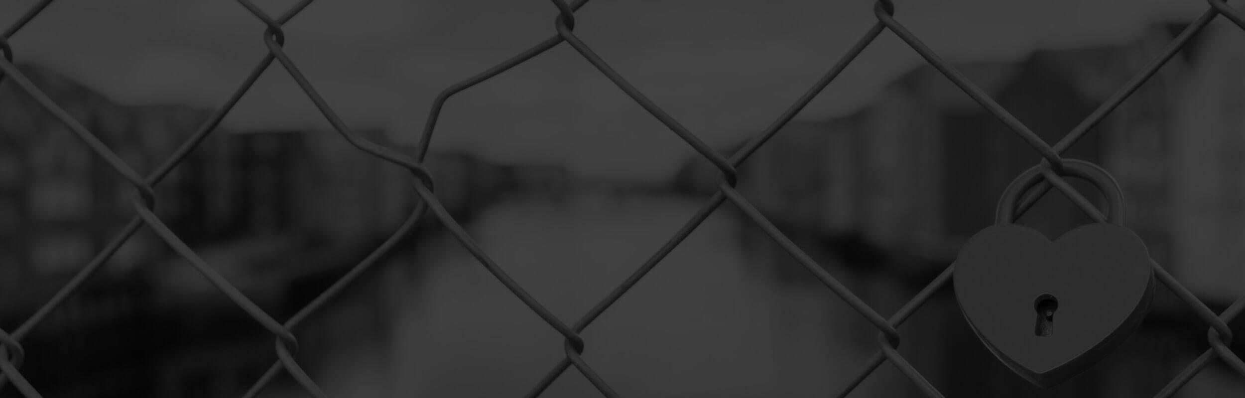 zámok v tvare srdca zavesený na plote