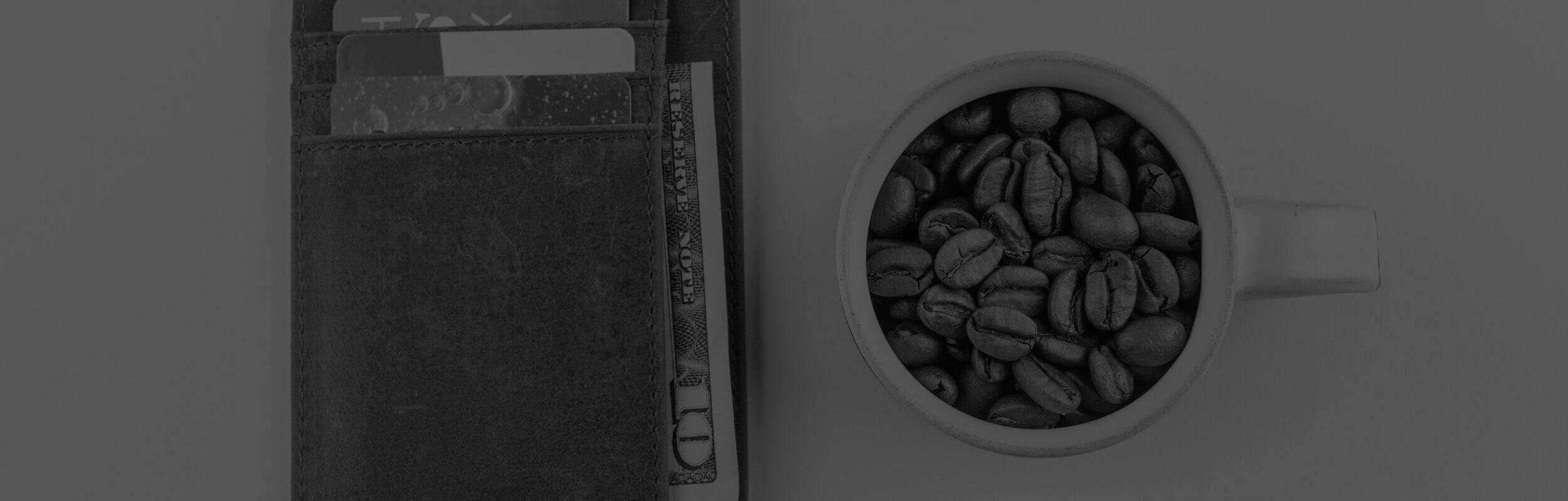 Peňaženka a káva na stole
