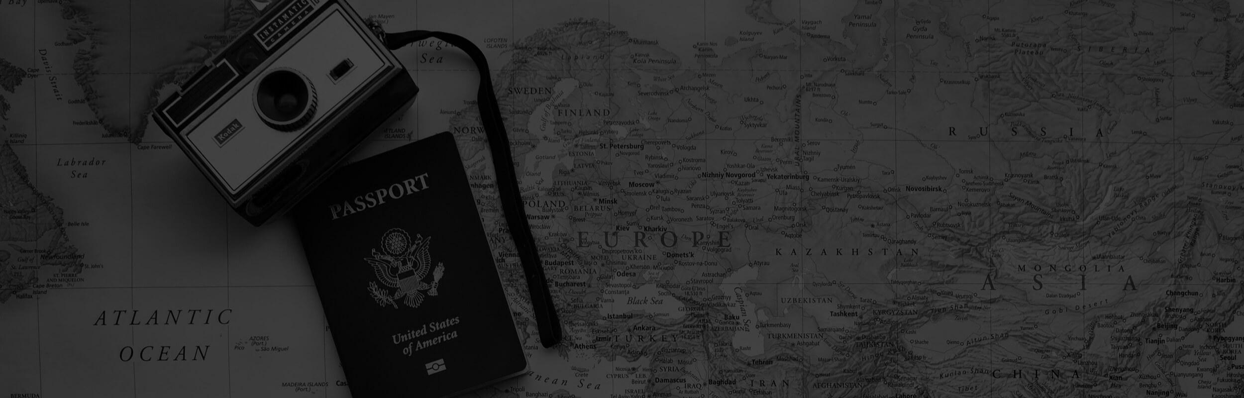 Foťák a pas položený na mape