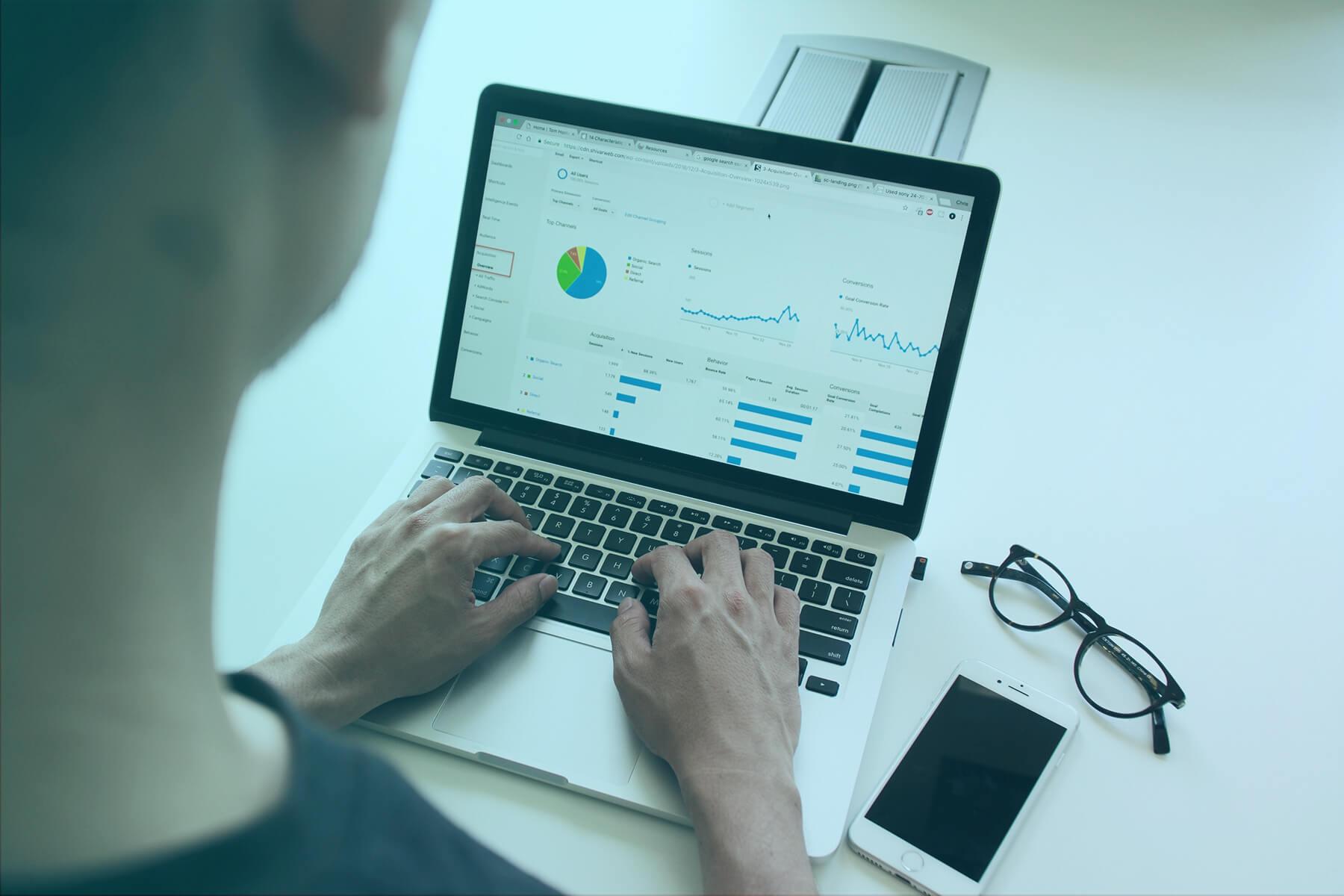 muž používa Google Analytics