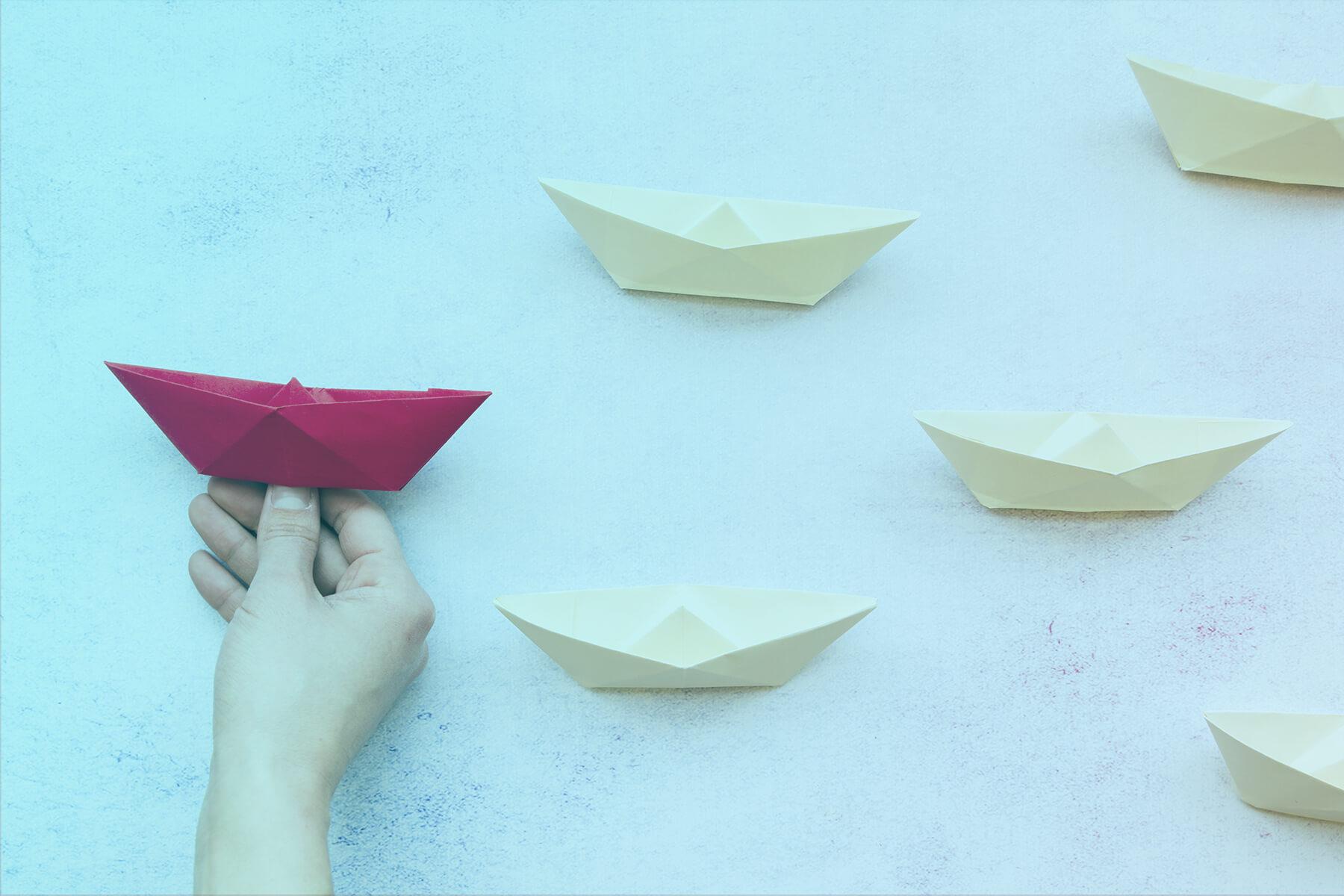 papierové loďky biele a červená