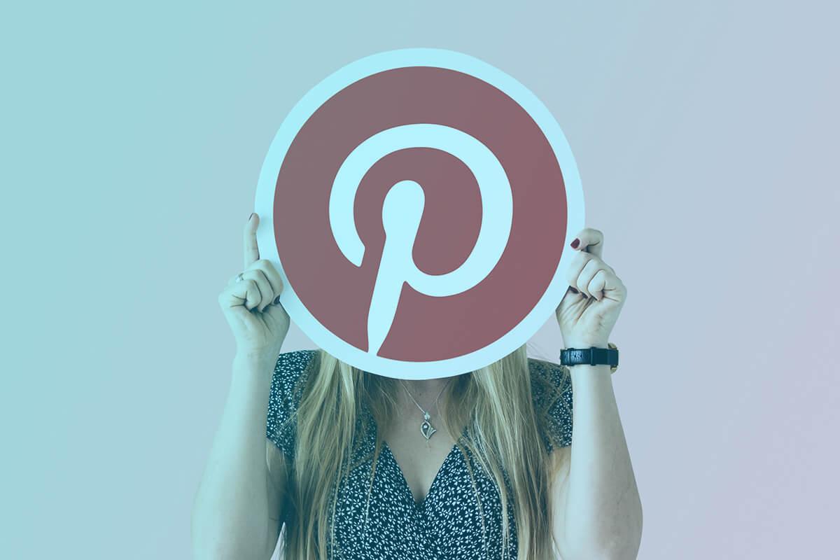 žena s ikonou Pinterestu