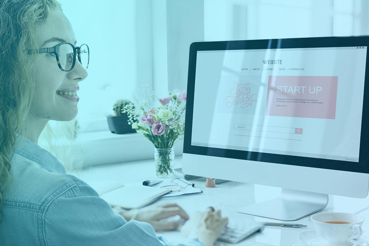 Žena v okuliaroch pracuje na počítači