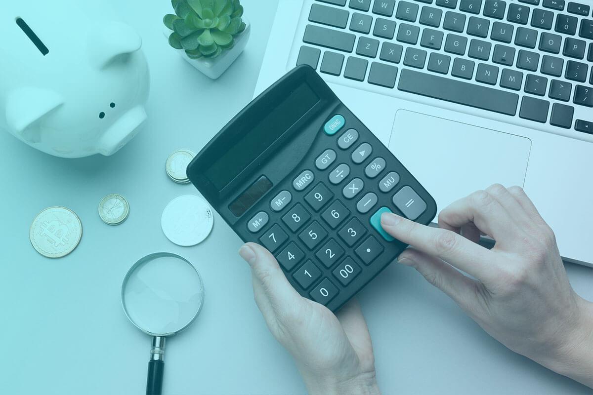 kalkulačka, prasiatko a notebook